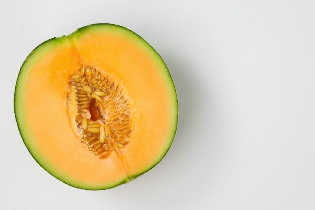Melonenscheiben aus melone isoliert auf weiß