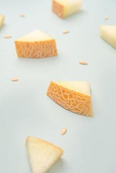 Melonenstücke auf blauer oberfläche