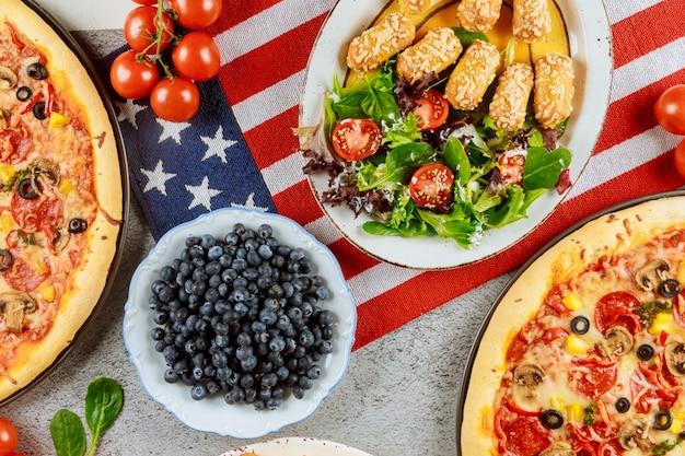 Memorial day party tisch mit leckerem essen für amerikanische feiertage.