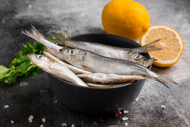 Menge thunfisch und zitrone in der schüssel