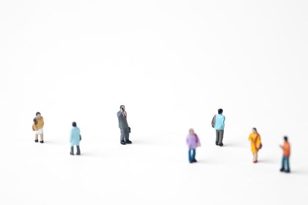 Menge von miniaturleuten in der stadt