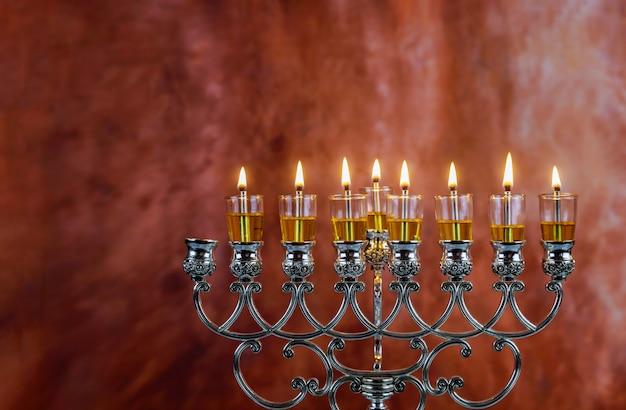 Menorah chanukka-kerzen brennen in chanukka am hellen tag mit sieben feiertagen.