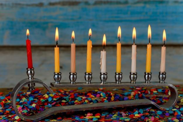 Menorah mit bunten kerzen für chanukka auf licht, abschluss oben