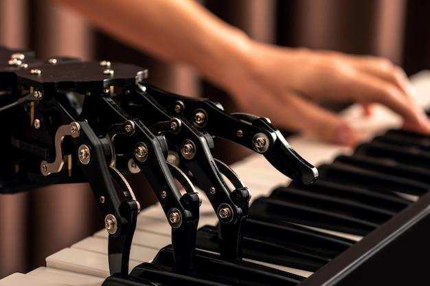 Mensch mit neuronaler handprothese, die klavier spielt