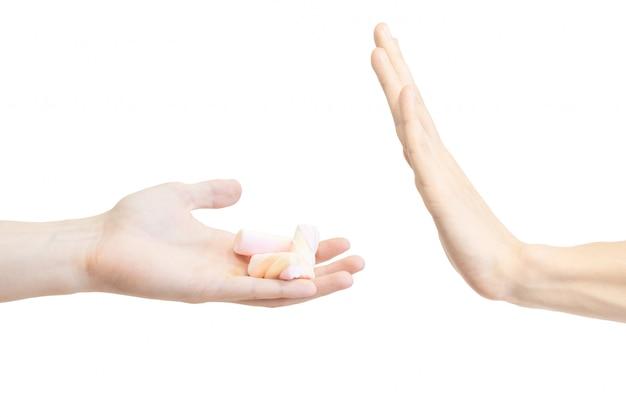 Mensch sagt nein zu pinzette. handbewegung, um den vorschlag einer metallischen pinzette abzulehnen.