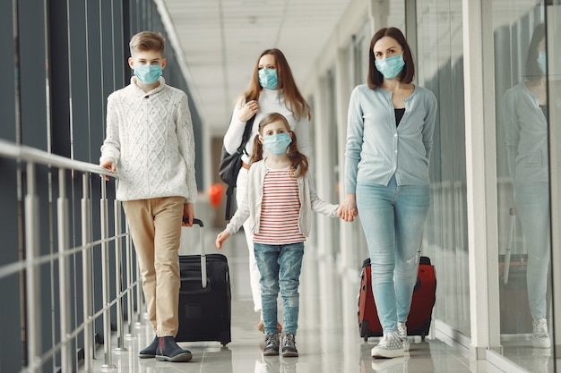 Menschen am flughafen tragen masken, um sich vor viren zu schützen