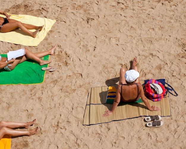 Menschen am strand von gijon