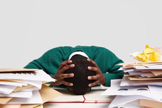 Menschen, arbeit, frist und stresskonzept