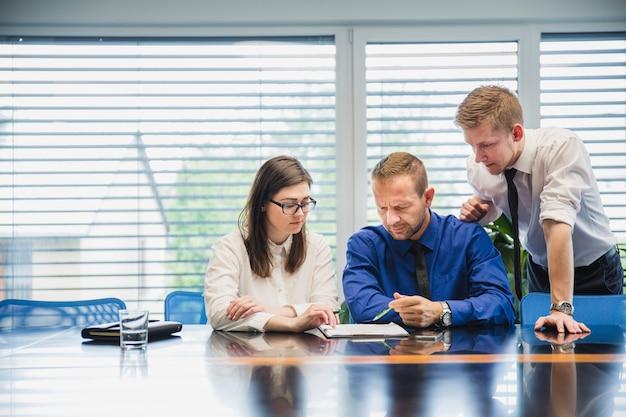 Menschen arbeiten im büro mit papieren