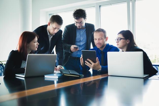 Menschen arbeiten mit geräten im büro