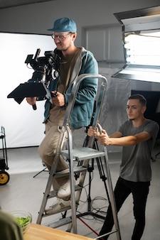 Menschen arbeiten zusammen an einem neuen film