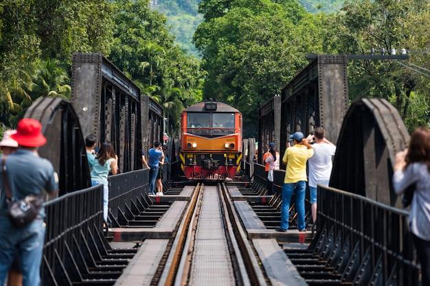 Menschen auf der kwai-eisenbahn warten auf den zug