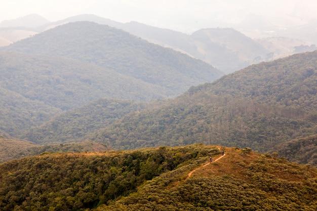 Menschen auf trekking in einem isolierten berg in südbrasilien