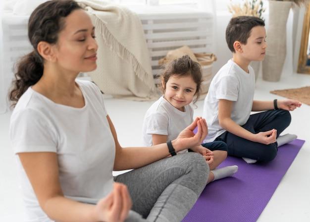 Menschen auf yogamatte mittlerer schuss