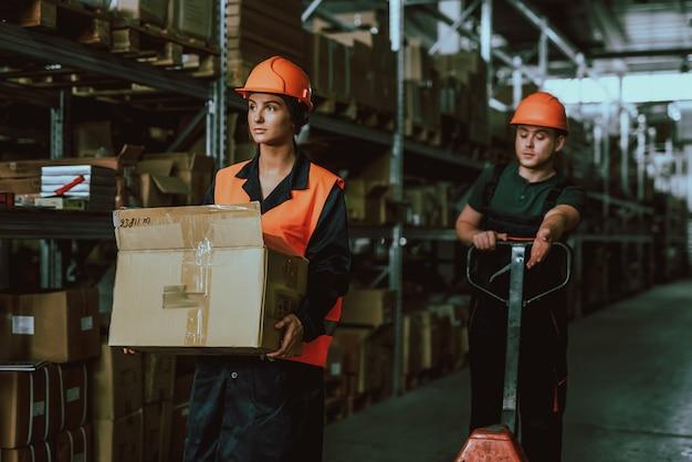 Menschen bei der arbeit im lagerhaus. handarbeit.
