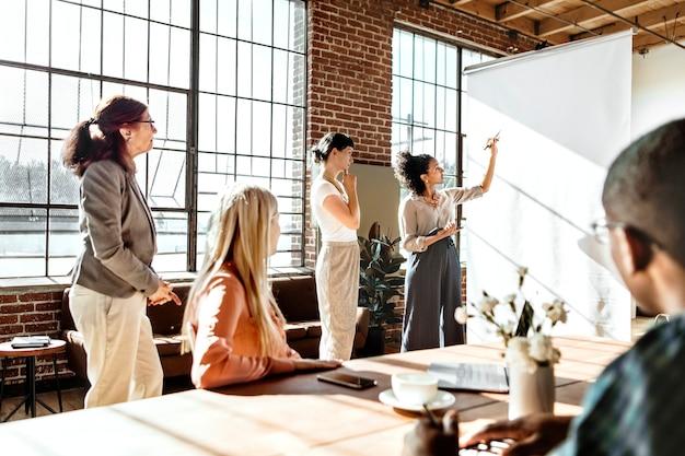Menschen beim brainstorming in einem workshop