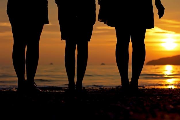 Menschen beobachten den sonnenuntergang