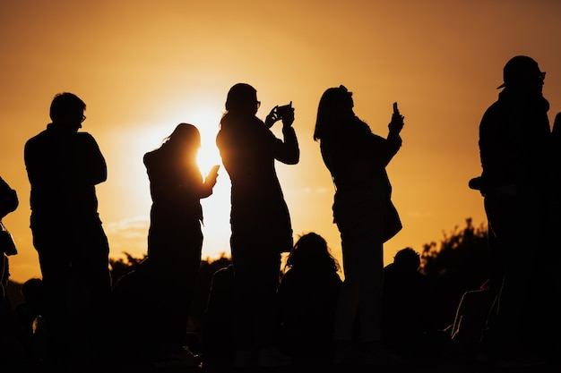 Menschen beobachten und fotografieren florenz panorama während des frühlingssonnenuntergangs von piazzale michelangelo