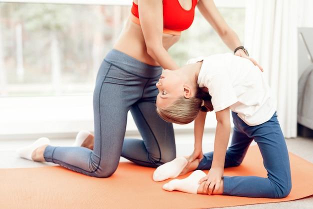 Menschen beschäftigen sich mit yoga in sportbekleidung.