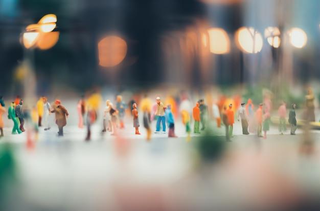 Menschen bewegen sich über die fußgängerzone in der stadt