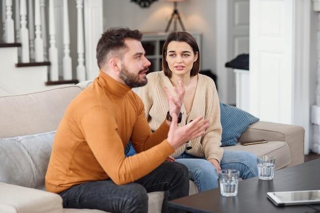 Menschen, beziehungsschwierigkeiten, konflikte und familienkonzepte - unglückliches paar, das zu hause streit hat