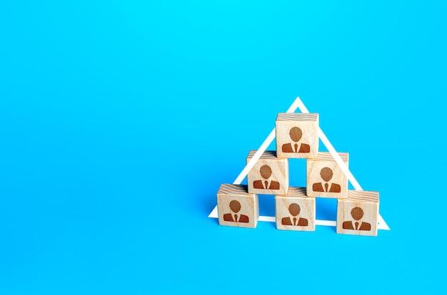 Menschen bilden eine pyramidenordnung anordnung zur unterordnung von menschen in unternehmensstrukturen gesellschaft