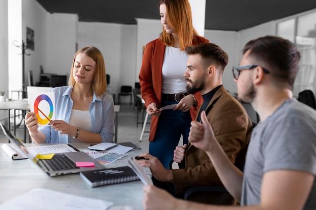 Menschen brainstorming in einem arbeitstreffen