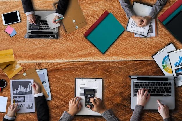 Menschen corporate business-team-konzept. geschäftsleute in einer börsensitzung im büro.