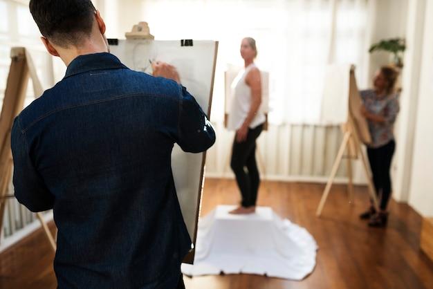 Menschen, die an einem kunstkurs teilnehmen