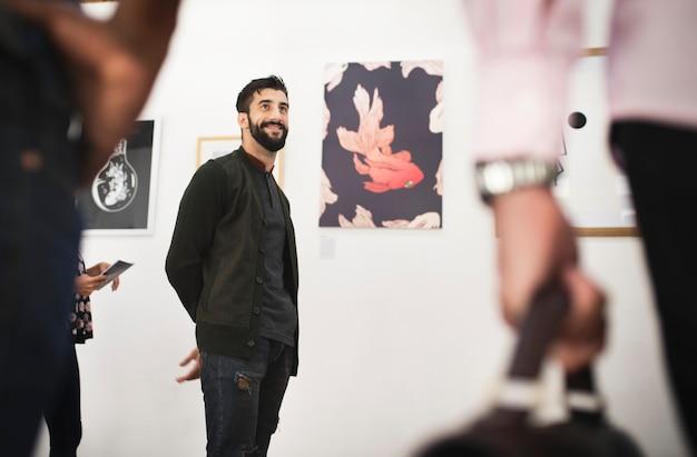 Menschen, die an einer kunstausstellung teilnehmen