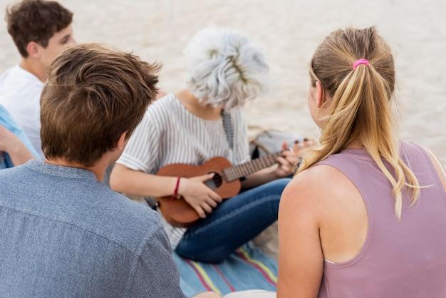 Menschen, die das ende der quarantäne am strand feiern