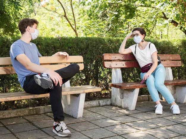 Menschen, die das konzept der sozialen distanz einhalten