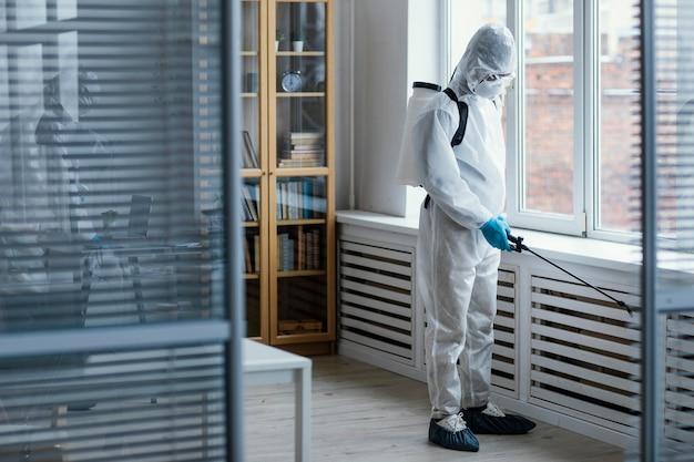 Menschen, die einen biogefährdungsbereich desinfizieren