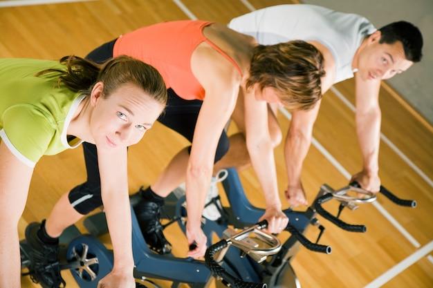 Menschen, die fitness radfahren