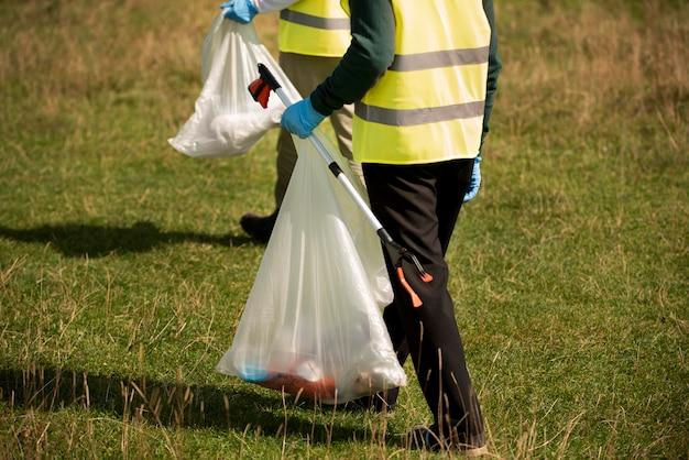 Menschen, die gemeinnützige arbeit leisten, indem sie gemeinsam müll sammeln