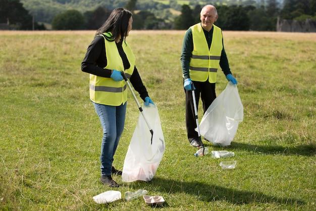 Menschen, die gemeinnützige arbeit leisten, indem sie müll sammeln
