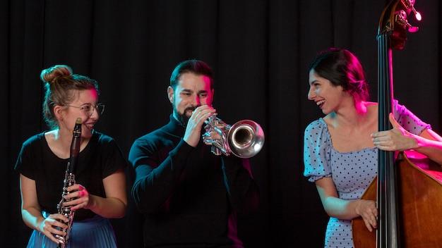 Menschen, die gemeinsam den jazz-tag feiern