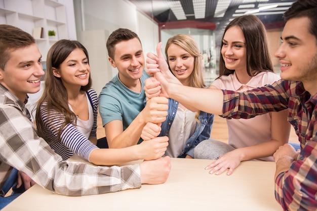 Menschen, die gemeinsam eine gute zeit für eine spezielle gruppentherapie haben.