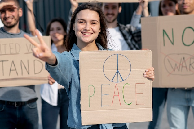 Menschen, die gemeinsam für den frieden demonstrieren