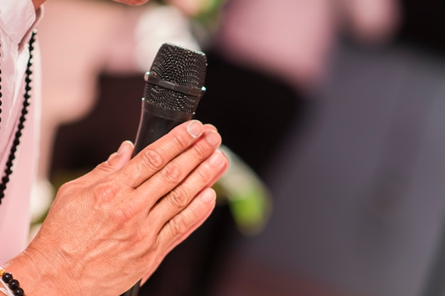 Menschen, die händchen halten und mikrofone halten