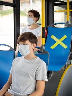 Menschen, die im bus soziale distanz halten