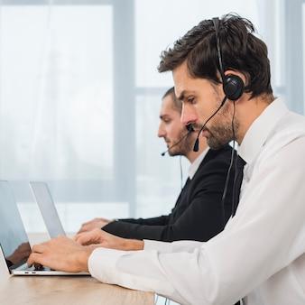 Menschen, die im callcenter arbeiten
