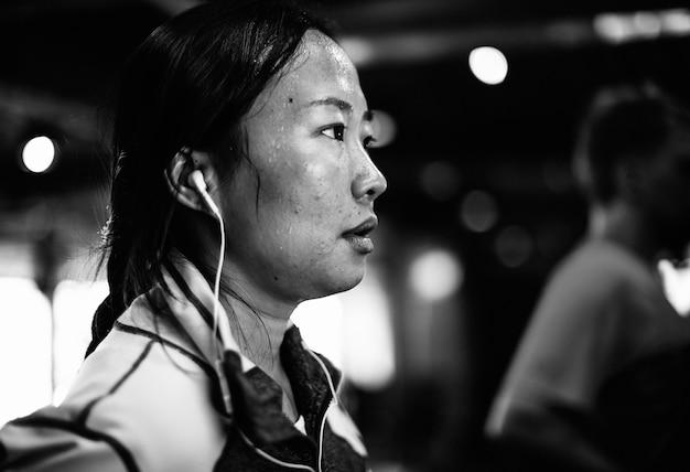 Menschen, die im fitnessstudio trainieren