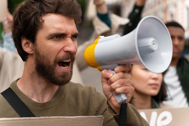 Menschen, die im protest gegen die globale erwärmung marschieren