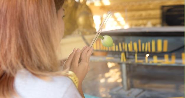 Menschen, die in den tempel kommen, um die segnungen des göttlichen zu suchen.