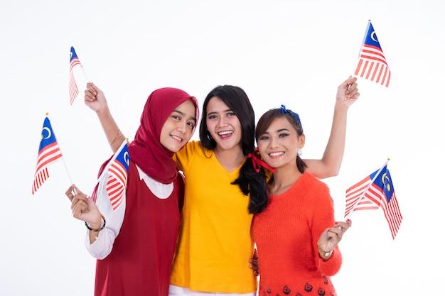 Menschen, die malaysia flagge halten, die unabhängigkeitstag feiert