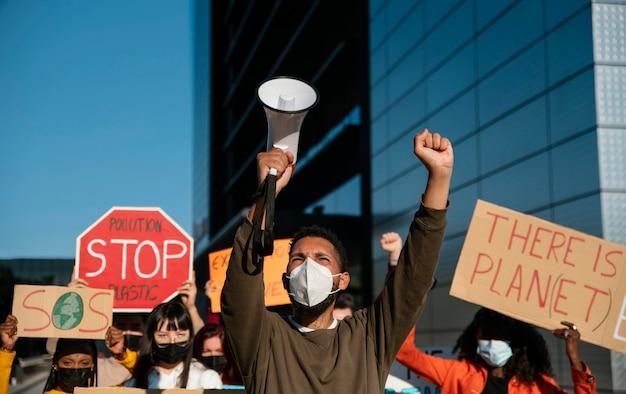 Menschen, die masken bei umweltprotest tragen