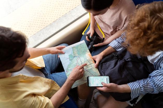 Menschen, die ohne covid-sorgen reisen