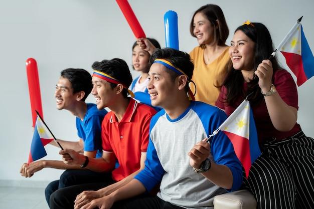Menschen, die philippinische flagge halten, die unabhängigkeitstag feiert