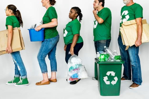 Menschen, die recycling und die umwelt unterstützen
